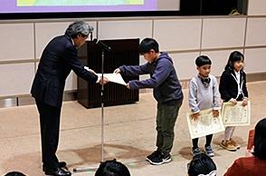 第79回神戸市よい歯の表彰式 ポスターコンクール入選者表彰状授与